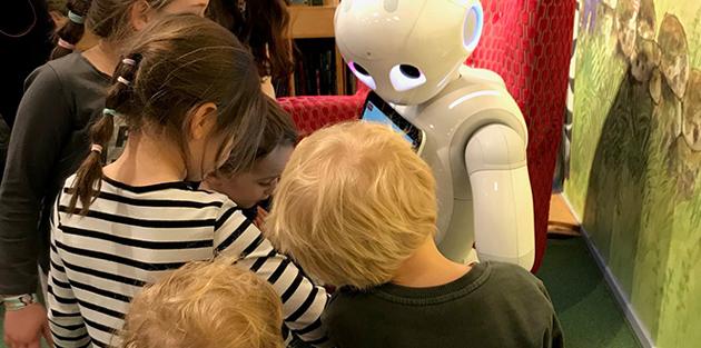 Läsroboten Bibi och barn.