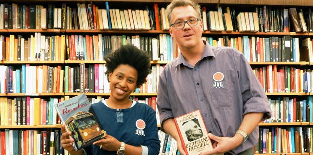 Två bibliotekarier håller upp två hjälteböcker