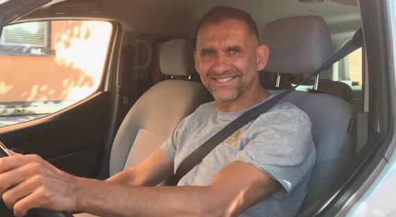Marek Wolk i förarsätet på sin bil.