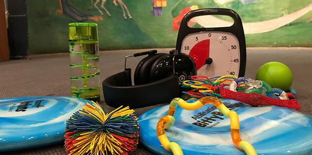 Leksaker, klocka, boll, hörselkåpor.