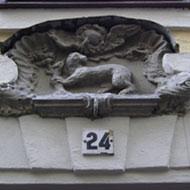 Stenrelief ovanför porten på Västerlånggatan 24