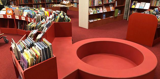 Barnmöbel på Tranströmerbiblioteket.