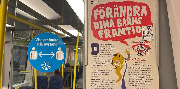 Läs högt. Kampanjaffisch i en tunnelbanevagn.